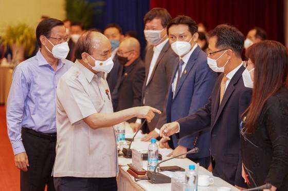 Chủ tịch nước Nguyễn Xuân Phúc gợi mở cách kiểm soát dịch và phát triển kinh tế cho TPHCM ảnh 17