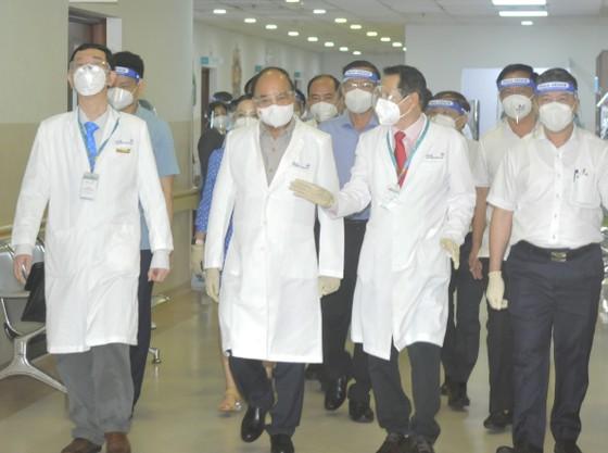 Chủ tịch nước Nguyễn Xuân Phúc gợi mở cách kiểm soát dịch và phát triển kinh tế cho TPHCM ảnh 20