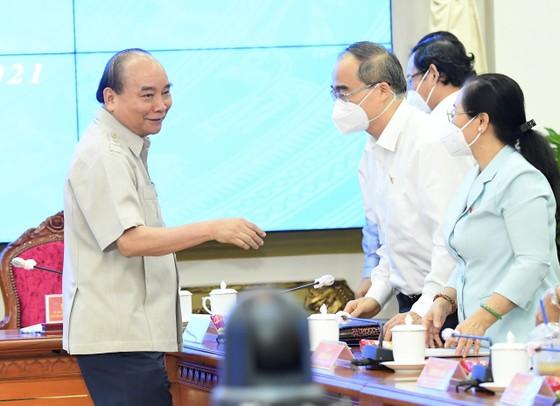 Chủ tịch nước Nguyễn Xuân Phúc gợi mở cách kiểm soát dịch và phát triển kinh tế cho TPHCM ảnh 12