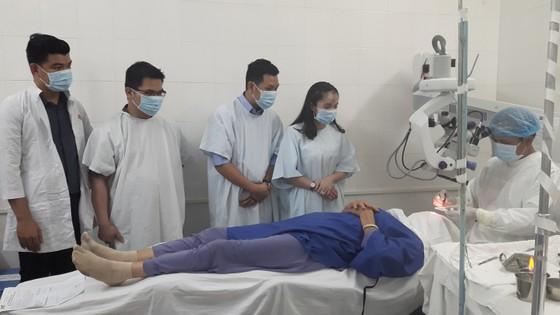 400 bệnh nhân khó khăn được mổ mắt miễn phí ảnh 1