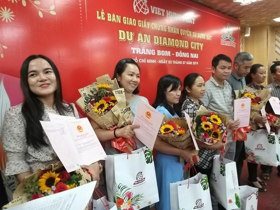 Việt Hưng Phát trao hàng trăm sổ hồng Dự án Diamond City ảnh 1