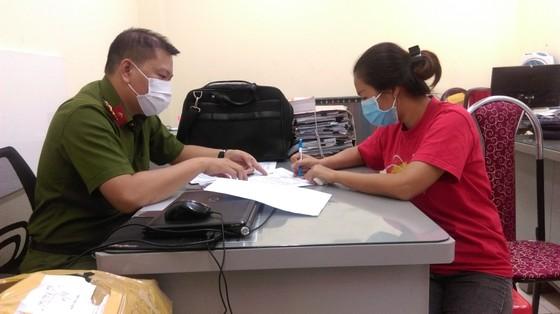 Bắt giam 4 bị can trong đường dây sản xuất găng tay y tế giả  ảnh 4