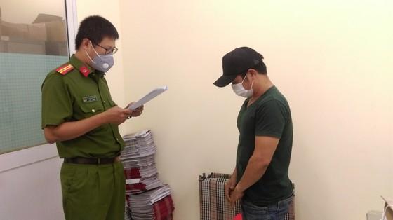 Bắt giam 4 bị can trong đường dây sản xuất găng tay y tế giả  ảnh 3