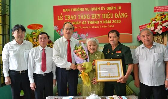 Bí thư Thành ủy TPHCM trao Huy hiệu 75 năm tuổi Đảng cho đảng viên cao tuổi Đảng ảnh 2