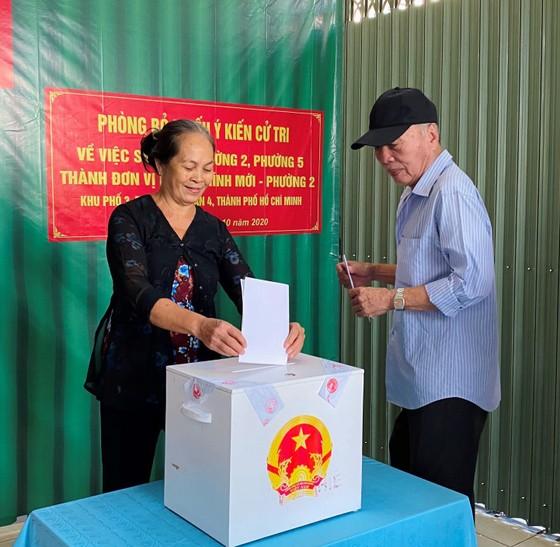 Cử tri bỏ phiếu cho ý kiến về sáp nhập đơn vị hành chính tại TPHCM ảnh 10