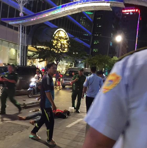Sập giàn giáo khi thi công đèn trang trí ở phố đi bộ Nguyễn Huệ ảnh 1