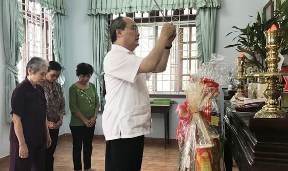 Bí thư Thành ủy TPHCM Nguyễn Thiện Nhân thăm, chúc tết nguyên Chủ tịch nước Trương Tấn Sang ảnh 4