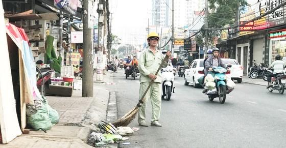 Bí thư Thành ủy TPHCM Nguyễn Thiện Nhân thăm công nhân vệ sinh trước giờ giao thừa ảnh 2