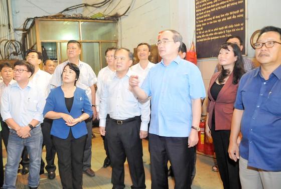 Bí thư Thành ủy TPHCM Nguyễn Thiện Nhân thăm công nhân vệ sinh trước giờ giao thừa ảnh 1