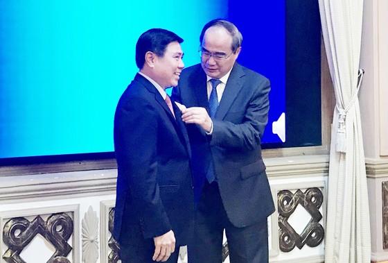Chủ tịch UBND TPHCM Nguyễn Thành Phong nhận Huy hiệu 30 năm tuổi Đảng: Không ngừng rèn luyện! ảnh 1