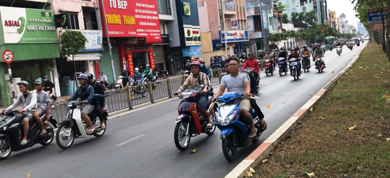 Đoàn xe gắn máy gầm rú trên làn đường ô tô ảnh 1