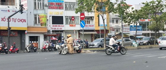 Đoàn xe gắn máy gầm rú trên làn đường ô tô ảnh 3