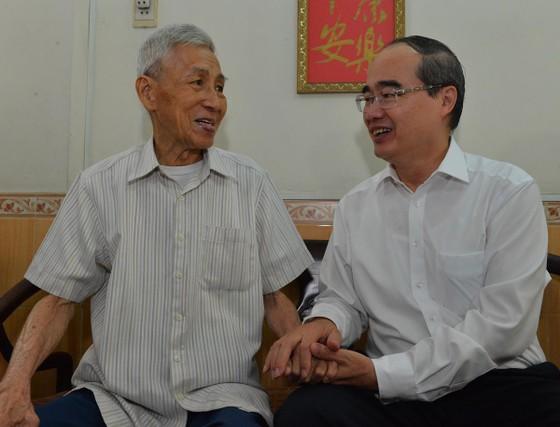 Bí thư Thành ủy TPHCM Nguyễn Thiện Nhân thăm gia đình có công dịp 30-4 ảnh 1