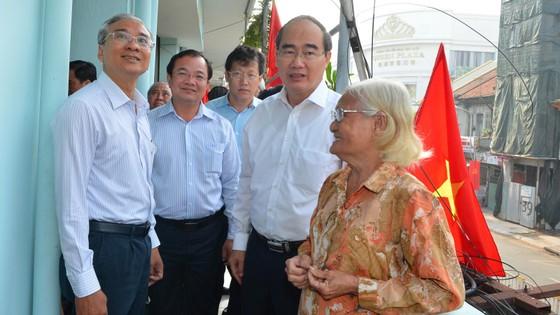 Bí thư Thành ủy TPHCM Nguyễn Thiện Nhân thăm gia đình có công dịp 30-4 ảnh 4