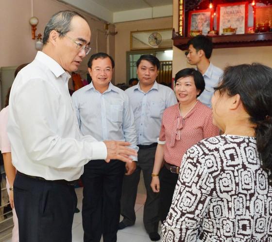 Bí thư Thành ủy TPHCM Nguyễn Thiện Nhân thăm gia đình có công dịp 30-4 ảnh 5