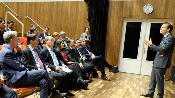 Bí thư Thành ủy TPHCM Nguyễn Thiện Nhân tìm hiểu giải pháp công nghệ phục vụ người dân tại Hà Lan ảnh 1