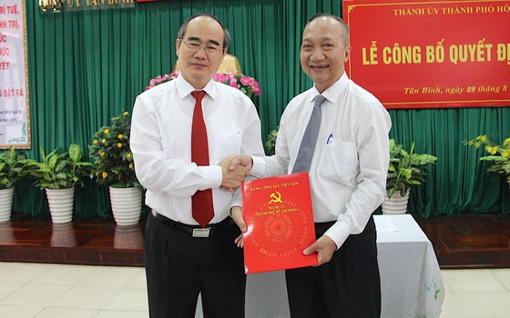 Bí thư Thành ủy TPHCM Nguyễn Thiện Nhân trao quyết định cán bộ tại quận Tân Bình ảnh 1