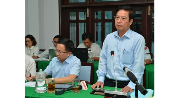 Bí thư Thành ủy TPHCM Nguyễn Thiện Nhân thị sát đột xuất công trình không phép của 'quan quận' ảnh 2