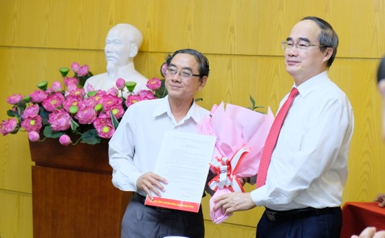 Bí thư Thành ủy TPHCM Nguyễn Thiện Nhân trao quyết định cán bộ tại quận 12 ảnh 1