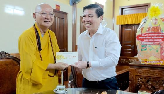 Chủ tịch UBND TPHCM Nguyễn Thành Phong thăm, chúc tết người dân Khu Công nghệ cao ảnh 5
