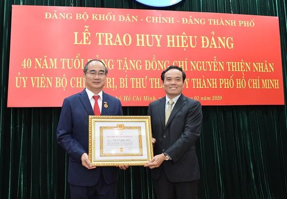 Bí thư Thành ủy TPHCM Nguyễn Thiện Nhân nhận Huy hiệu 40 năm tuổi Đảng ảnh 1