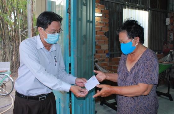 Huyện ngoại thành ở TPHCM vận động mạnh thường quân hỗ trợ người bán vé số dạo ảnh 2