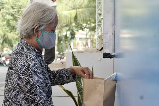 Hơn 50 tấn gạo nghĩa tình ngay buổi đầu 'ATM gạo' Thủ Đức hoạt động ảnh 1