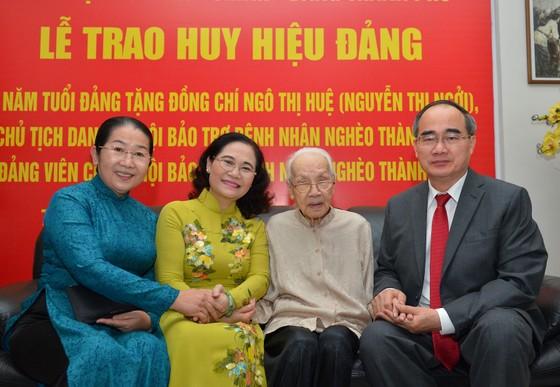 Bí thư Thành ủy TPHCM trao Huy hiệu 85 năm tuổi Đảng cho Phu nhân cố Tổng Bí thư Nguyễn Văn Linh ảnh 2