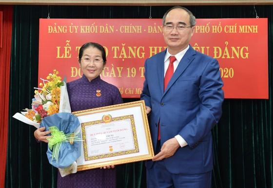 Đảng ủy Khối Dân - Chính - Đảng TPHCM trao Huy hiệu Đảng cho 17 đảng viên tiêu biểu ảnh 1