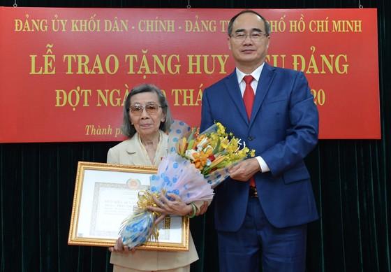 Đảng ủy Khối Dân - Chính - Đảng TPHCM trao Huy hiệu Đảng cho 17 đảng viên tiêu biểu ảnh 3