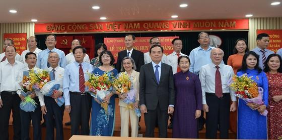 Đảng ủy Khối Dân - Chính - Đảng TPHCM trao Huy hiệu Đảng cho 17 đảng viên tiêu biểu ảnh 2