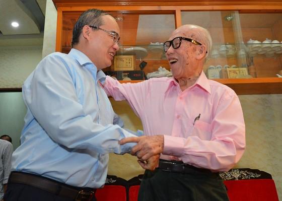 Bí thư Thành ủy TPHCM Nguyễn Thiện Nhân thăm, chúc thọ người cao tuổi tiêu biểu 90 tuổi ảnh 3
