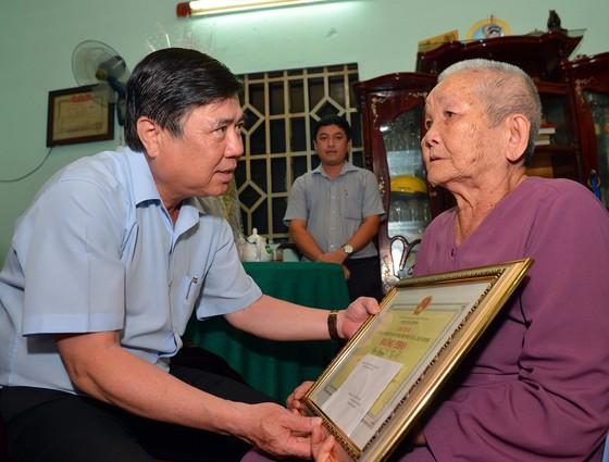Đoàn lãnh đạo TPHCM thăm, chúc thọ các cụ 90 tuổi tiêu biểu tại quận 2 và quận 9 ảnh 1