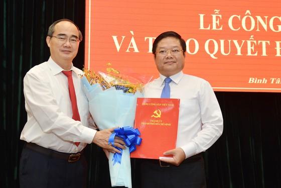Bí thư TPHCM Nguyễn Thiện Nhân trao quyết định cho tân Bí thư Quận ủy Bình Tân ảnh 1