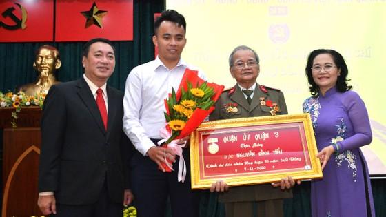 Trao tặng Huy hiệu Đảng cho đảng viên cao tuổi Đảng ảnh 1