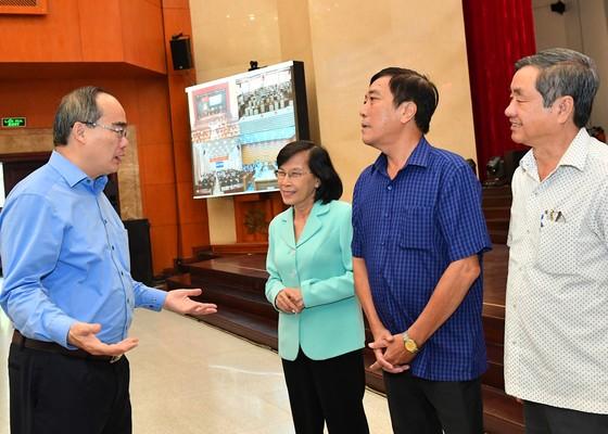 Đồng chí Nguyễn Thiện Nhân trao đổi cùng các đại biểu tại hội nghị. Ảnh: VIỆT DŨNG