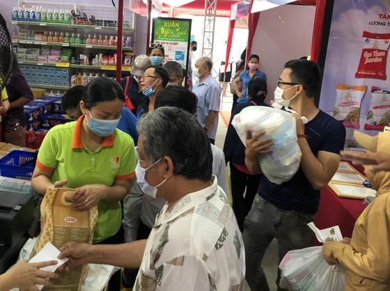 Tặng hơn 3.600 phiếu mua hàng tết cho gia đình chính sách, người nghèo ở quận 3 ảnh 5