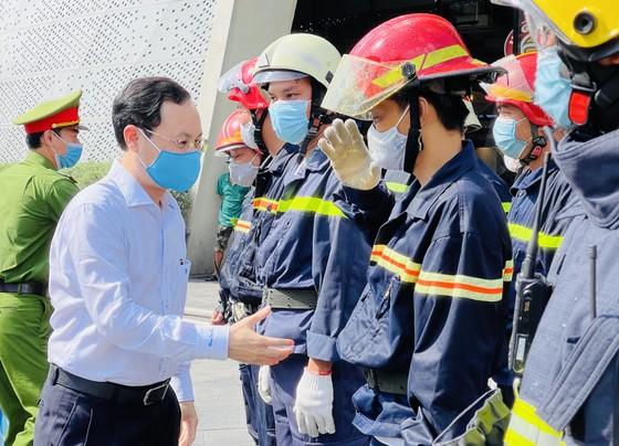 Diễn tập phòng cháy tại trung tâm thương mại 7 tầng ở TPHCM ảnh 4