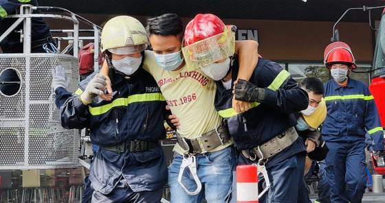 Diễn tập phòng cháy tại trung tâm thương mại 7 tầng ở TPHCM ảnh 2
