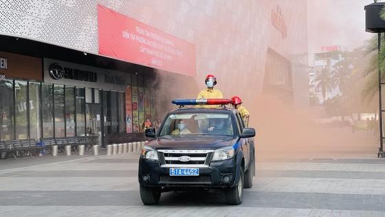 Diễn tập phòng cháy tại trung tâm thương mại 7 tầng ở TPHCM ảnh 1