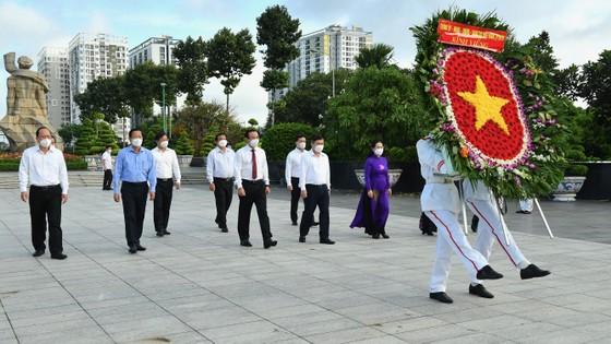 Lãnh đạo TPHCM dâng hoa, dâng hương tưởng niệm các Anh hùng liệt sĩ ảnh 1
