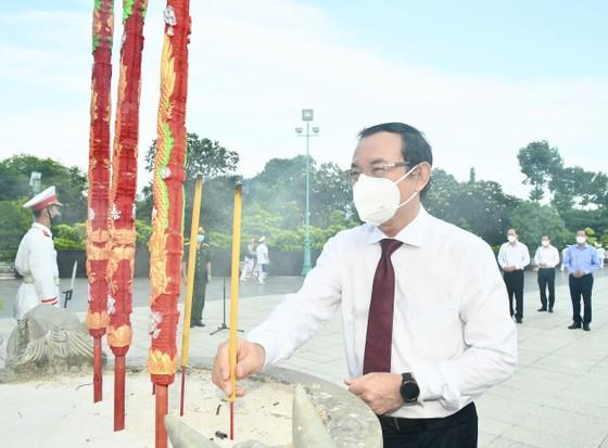 Lãnh đạo TPHCM dâng hoa, dâng hương tưởng niệm các Anh hùng liệt sĩ ảnh 3