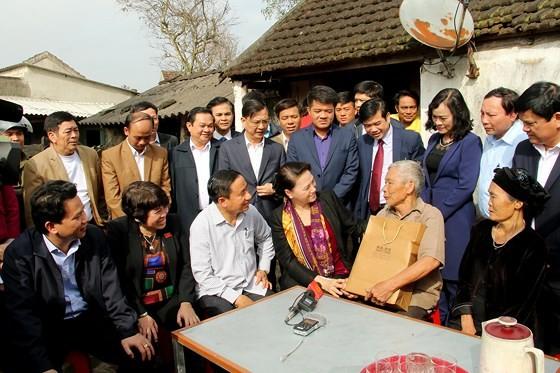 Chủ tịch Quốc hội Nguyễn Thị Kim Ngân thăm, tặng quà đối tượng chính sách tại Hà Tĩnh  ảnh 2