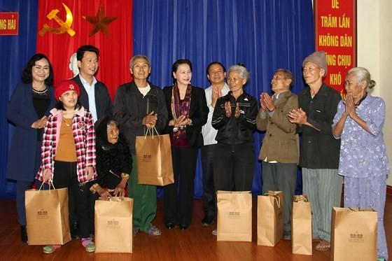 Chủ tịch Quốc hội Nguyễn Thị Kim Ngân thăm, tặng quà đối tượng chính sách tại Hà Tĩnh  ảnh 3