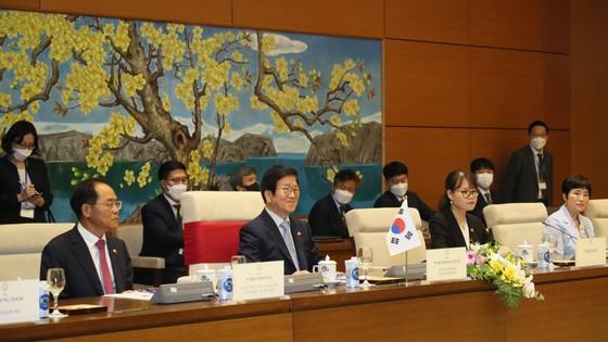 Chủ tịch Quốc hội Nguyễn Thị Kim Ngân đón và hội đàm với Chủ tịch Quốc hội Hàn Quốc Park Byeong-Seug ảnh 3