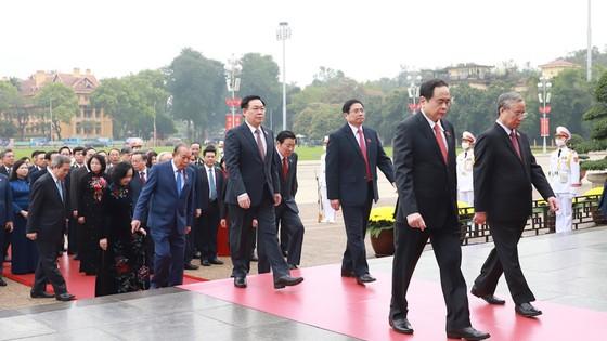 Lãnh đạo Đảng và Nhà nước đặt vòng hoa, vào Lăng viếng Chủ tịch Hồ Chí Minh ảnh 2