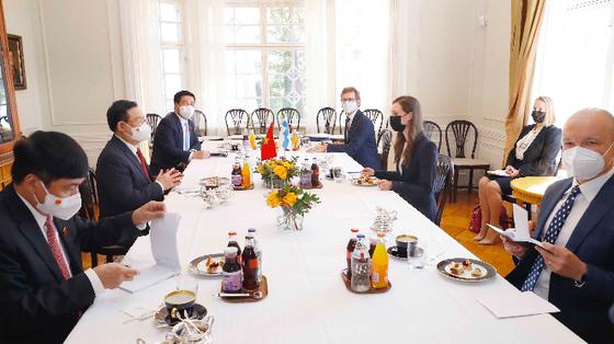 Chủ tịch Quốc hội Vương Đình Huệ hội kiến với Thủ tướng Phần Lan, tiếp đại diện nhiều doanh nghiệp tại Phần Lan ảnh 1