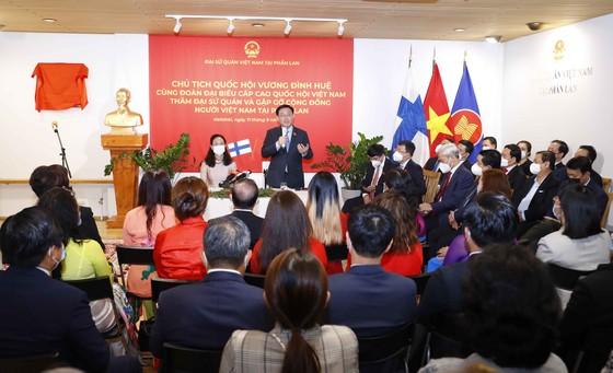 Chủ tịch Quốc hội Vương Đình Huệ thăm Đại sứ quán và gặp gỡ cộng đồng người Việt Nam tại Phần Lan   ảnh 1