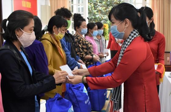 Trao tặng 264 phần quà Tết Tân Sửu cho hội viên phụ nữ và trẻ em ảnh 1