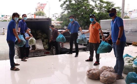 Đội tình nguyện SOS 247 vận chuyển lương thực cho người dân khu cách ly ảnh 1